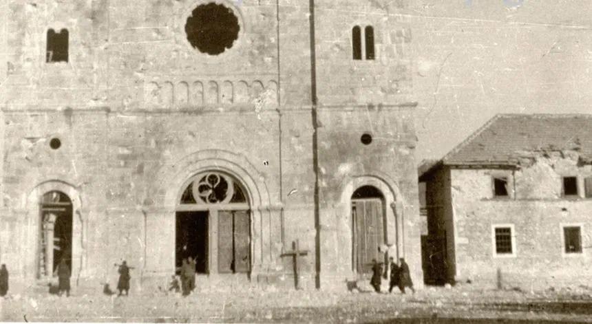 Naoružani partizani pred samostanom i crkvom na Širokom Brijegu koje su nepotrebno rušili početkom veljače 1945.